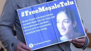 Ein Plakat mit einer Solidaritätsbekundung für Meşale Tolu.