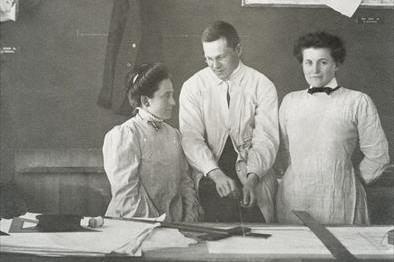 FRAU ARCHITEKT. Seit mehr als 100 Jahren: Frauen im Architektenberuf