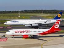 Flughafen Düsseldorf International Lufthansa Airbus A 340 und Air Berlin Airbus A 320