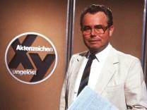Eduard Zimmermann in Aktenzeichen XY ungelöst 06 85 haef TV Fernsehen Serie Kriminalfall Moderation
