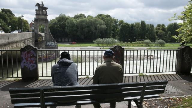 Rumänische Bettler bzw. Wohnungslose, Vater (olivgrüne Jacke) und Sohn (blauer Kaputzenpulli), die nicht namentlich genannt und erkannt werden wollen an der Wittelsbacher Brücke.