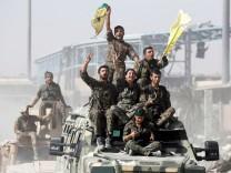 Kämpfer der SDF feiern im Oktober 2017 den Sieg über den IS in Raqqa.
