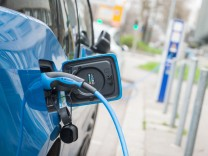 Elektroauto an einer Stromtankstelle