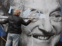 Umstritten: In Ungarn wird George Soros - hier auf einem Plakat - von der Regierung heftig angefeindet.