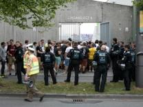 Heimspiel TSV 1860 gegen Wacker Burghausen im Stadion an der Grünwalder Straße. Fans vor dem Stadion.