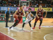 l r Im Zweikampf Aktion mit Stefan Jovic 16 FC Bayern Basketball und Gary Talton 11 Lietkabelis