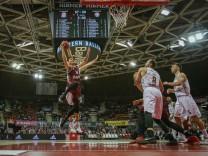 l r Im Zweikampf Aktion mit Nihad Djedovic 14 FC Bayern Basketball und Vaidas Cepukaitis 14 Liet