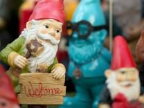 """Gartenzwerg mit Schild """"Welcome"""""""