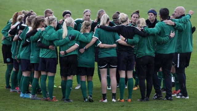 Skulder ved skulder da kvindefodboldlandsholdet onsdag trænede i Dragør Fredagens kvindefodboldl