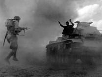 Deutscher Soldaten gibt sich bei El Alamein einem Briten gefangen, 1942