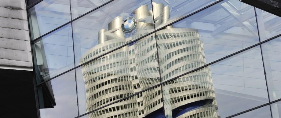 BMW München DEU 28 07 2011 Spiegelung der Firmenzentrale des Autoherstellers BMW der Vierzylinder