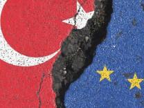 Symbolbild zum Status des Beitritt s der Türkei zur Europäischen Union EU Flagge n der EU und Türke