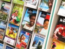 Reisekataloge in einem Reisebüro, 2014