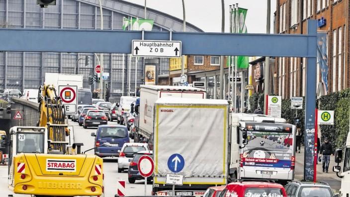 HAMBURG 08 04 2015 Stau an der Baustelle Wallringtunnel 08 04 2015 Hamburg