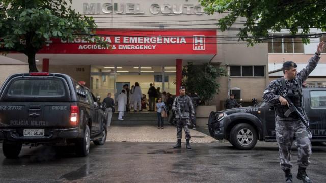 Vor dem Krankenhaus, in das die Spanierin gebracht wurde, stehen Polizisten.