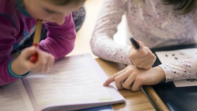 Zwei Maedchen helfen sich gegenseitig beim Lernen Feature an einer Schule in Goerlitz 03 02 2017