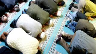 Betende türkische Muslime in der Merkez Camii, der türkisch-islamischen Union der Anstalt für Religion in Berlin