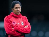 Frauen-Bundestrainerin Steffi Jones beim WM-Qualifikationsspiel gegen die Faröer Inseln.