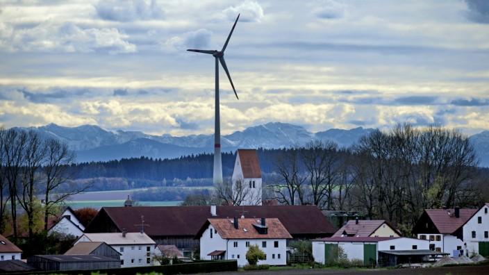 Kampf gegen Windräder in Oberbayern. Windrad bei Föhn