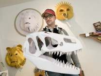 Oliver Hering mit Papiermasken von Tierköpfen in seinem Studio ist in der Isabellastraße 40