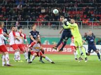 Philipp Pentke Regensburg klaert vor Arne Feick 1 FC Heidenheim Regensburg *** Philipp Pentke Re