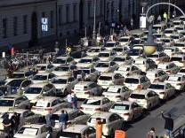 """Münchner Taxifahrer protestieren gegen ´Uberisierung"""""""