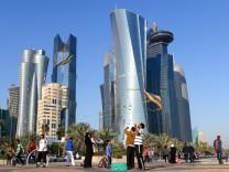 20 01 2015 Doha QAT FIFA WM Katar 2022 Vorberichte im Bild Kinder spielen mit Drachen in Doha