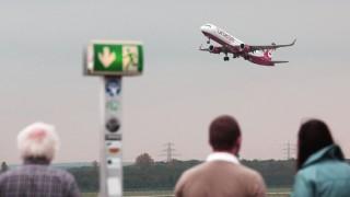 Ein Flugzeug der Fluggesellschaft Air Berlin Niki Airbus A321 211 WL Kennung OE LCM startet vom