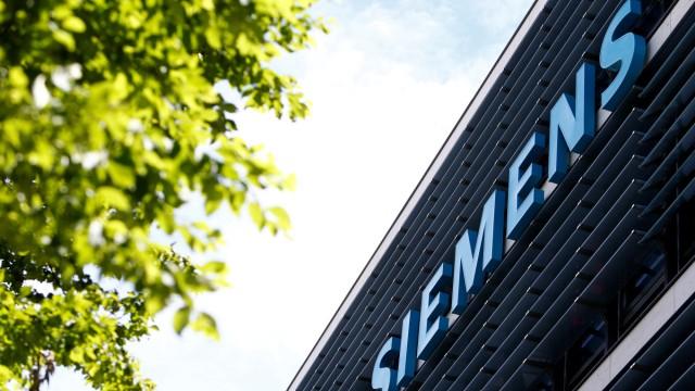 FILE PHOTO: Siemens AG headquarters in Munich