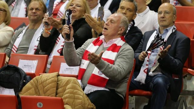 Praesident Uli Hoeness FC Bayern Muenchen klatscht mit der Klatschpappe FC Bayern Basketball vs