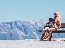 Kaprun THEMENBILD Arabische Touristen auf einer Bank Jedes Jahr besuchen mehrere Tausend Gaeste a