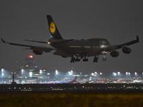 Boeing 747-400 der Lufthansa landet in Berlin