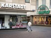 06 11 2011 Trier Rheinland Pfalz Deutschland Die Filialen von Karstadt und Kaufhof liegen in de