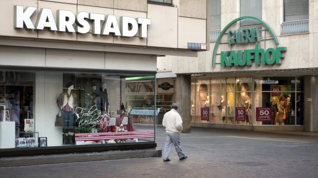 58f72109a78d01 06 11 2011 Trier Rheinland Pfalz Deutschland Die Filialen von Karstadt und  Kaufhof liegen in de