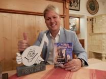 Cornelius von der Heyden, Tölzer Gymnasiallehrer und Gewinner des Alpen-Grand-Prix 2017, Kategorie Schlager, mit seinem Preis