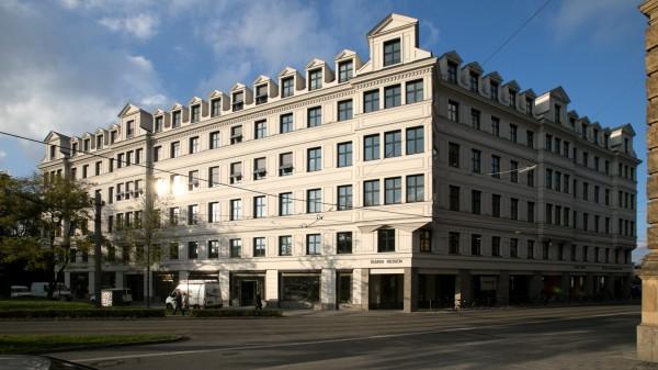 Lenbachplatz 1, Gebäude, in das im Dezember ein neuer Gastrotempel einzieht. Im Vordergrund die Ottostraße.