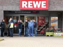 Mann nach Schüssen vor Bremer Supermarkt in Lebensgefahr
