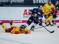 Darryl Boyce Duesseldorfer EG und Yannic Seidenberg EHC Red Bull Muenchen im Kampf um den Puck i