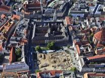 Luftaufnahme von den archäologischen Ausgrabungen am Marienhof hinter dem Rathaus in München
