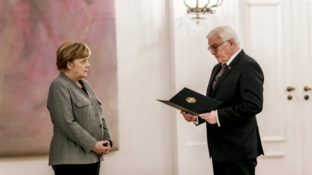Uebergabe der Entlassurkunde durch Bundespraesident Frank Walter Steinmeier an Bundeskanzlerin Angel