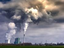 Schkopau Das Braunkohlekraftwerk Schkopau blaest seine Abgase in den Himmel Copyright Hommesx Eibne