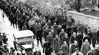 Abtransport von Juden nach der 'Reichskristallnacht' in Baden-Baden,  1938 | Deportation of Jews to Dachau concentration camp following Kristallnacht, Baden-Baden, 10th November 1938 (b/w photo)