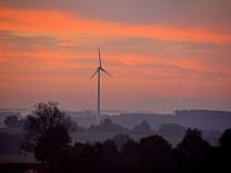 Mammendorfer Windrad Sonnenaufgang von Hattenhofen aus fotografiert