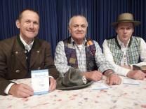 """Horst Münzinger (Bairische Sprache), Ludwig Brandl, (Mundartautor) und Anderl Lipperer (Musik & Gesang) bestreiten den """"5. Altbairischen Mundarttag"""" des FBSD (v.l.n.r.)."""