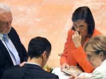 Bundeskanzlerin Angela Merkel spricht bei den Sondierungsgesprächen mit Wolfgang Kubicki,Cem Özdemir und Katrin Göring-Eckard.