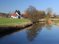 Wörnitz Fluss Ufer Dinkelsbühl Gewässer Flussufer Wasser PUBLICATIONxINxGERxSUIxAUTxHUNxONLY 1