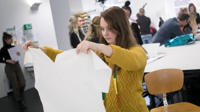 Studenten der Akademie Mode und Design (AMD), Infanteriestraße 11 a, entwerfen Arbeitskleidung für Aldi Süd, die  ca. 35 000 Mitarbeitern tragen werden,