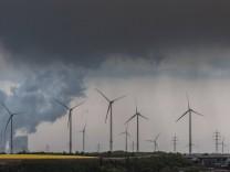 Juechen DEU 26 04 2017 Der von der RWE Power AG betriebene Braunkohletagebau Garzweiler erstreckt