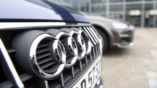 Parkende PKW vor der Audi-Zentrale in Ingolstadt.