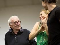 Willy Brummer, Statist 90-jährig bei einer Opern-Probe im Proberaum im McGraw Probengebäude in der der Soyerhofstr.11 (mit schwarzem Pulli)